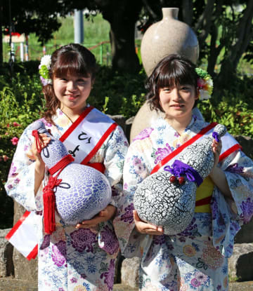 ひょうたん娘に決まった中村さん(左)と北村さん(大井町提供)