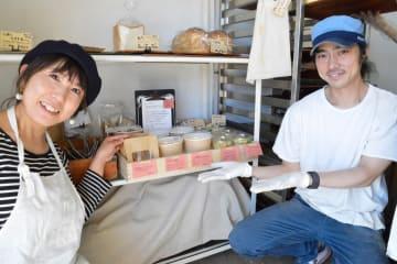 6月から総菜の販売を始めた清水優香さん(左)と「三浦パン屋 充麦」店主の蔭山充洋さん=16日、三浦市初声町入江