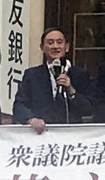 街頭に立つ菅義偉官房長官=神戸市内