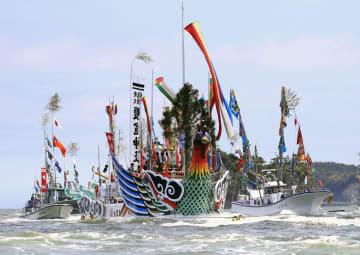 「塩釜みなと祭」で宮城県の松島湾を巡る御座船「鳳凰丸」(中央)=15日午後