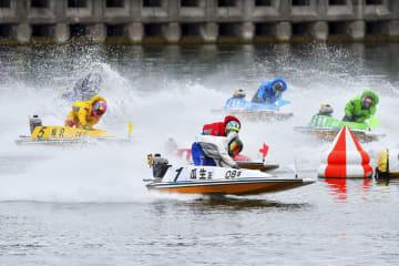 優勝戦の1周目2マークを先頭で回る瓜生正義(1)=ボートレースとこなめ