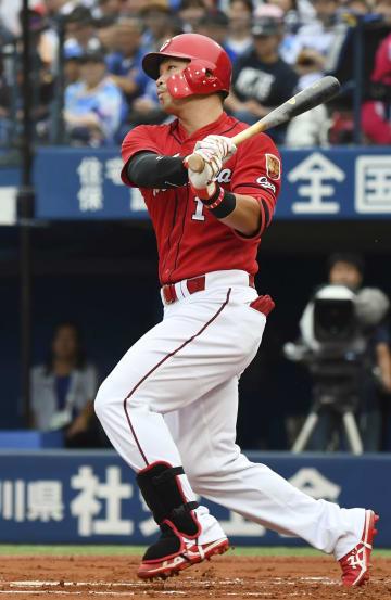 1回広島無死満塁、鈴木が左翼線に先制の2点二塁打を放つ=横浜