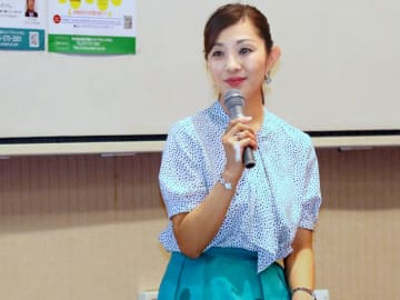 がん体験を語る藤田瞳さん=京都府宇治市・市生涯学習センター