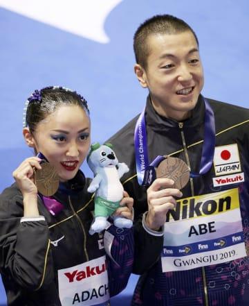 混合デュエット・テクニカルルーティンで3位となり、銅メダルを手に笑顔の安部(右)、足立組=光州(共同)