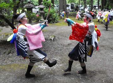 笛や太鼓の音に合わせ、兄川先祓いの勇壮な舞を披露する若者たち