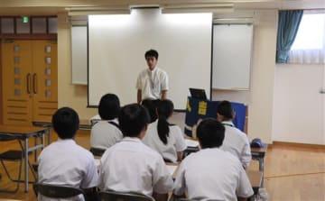 自己紹介で将来の夢や抱負を語るジュニアリーダー塾の参加者=人吉市