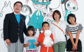 1万人目の来場者となった森さん親子ら=15日、大分市寿町の県立美術館