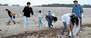 海開きが迫り、砂浜を清掃する参加者