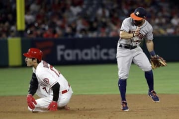 5回裏、二塁へ進塁の際に送球が直撃し苦悶の表情を見せるエンゼルス・大谷翔平【写真:AP】