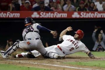 激走で本塁に生還したエンゼルスのアルバート・プホルス【写真:AP】