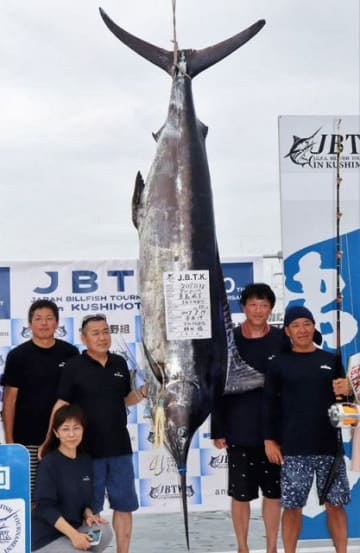 209キロのクロカジキを釣り上げ優勝した「TOTORO」のメンバー(和歌山県串本町串本で)