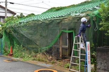 略式代執行による解体が始まった空き家(16日、和歌山県那智勝浦町で)