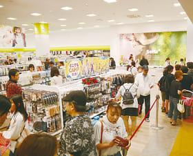 多くの買い物客で混み合うセリア店内=15日午前10時35分