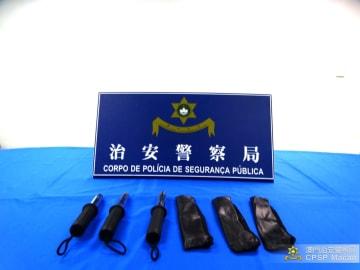 旅客の手荷物の中から見つかった禁制品にあたる伸縮式の金属製警戒棒(写真:マカオ治安警察局)