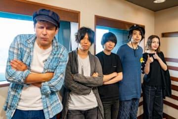 写真は(左から)ジョージ・ウィリアムズさん、UNISON SQUARE GARDENの田淵智也さん、斎藤宏介さん、鈴木貴雄さん、安田レイさん
