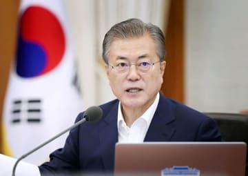 16日、ソウルの大統領府で開かれた会議に出席する文在寅大統領(韓国大統領府提供・共同)