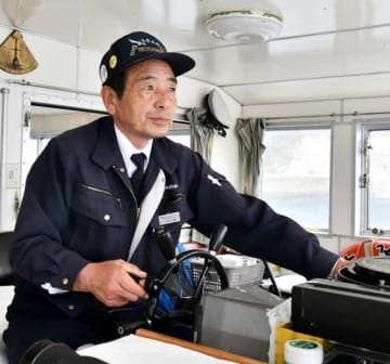 長年の経験を生かし、津波を免れた遊覧船を走らせる坂本繁行さん