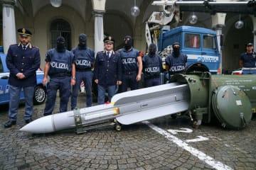 押収されたミサイル=15日、イタリア北部(AP=共同)