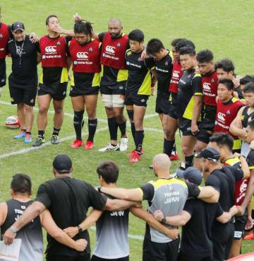 合宿で円陣を組むラグビー日本代表のリーチ(奥左から4人目)ら=宮崎市