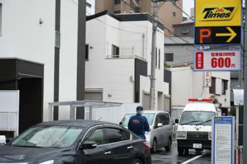 現場付近は規制線が敷かれ、警察による捜査が行われていた=16日正午ごろ、蕨市北町1丁目