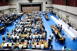 2016年の前回参院選の開票作業。各選挙管理委員会はミス撲滅への試行錯誤を続ける=神戸市西区