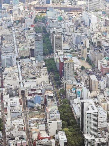 JR仙台駅(奥)から延びる緑の青葉通。市は助成金や規制緩和で老朽ビルの建て替えを誘導する