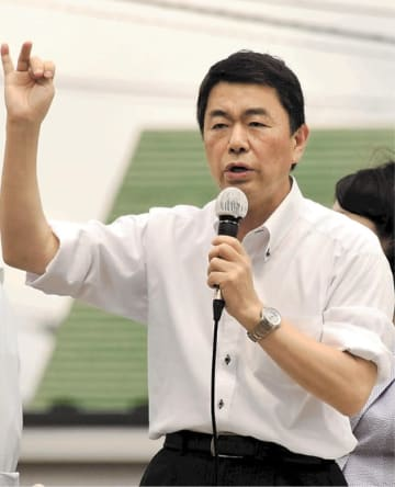 現職候補の応援でマイクを握った村井知事=15日午後、仙台市泉区