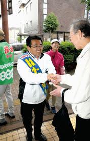 支援者と握手を交わす畠山候補