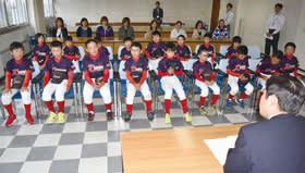 全国大会での決意や目標を青山市長に語る室蘭港北クラウンの選手ら