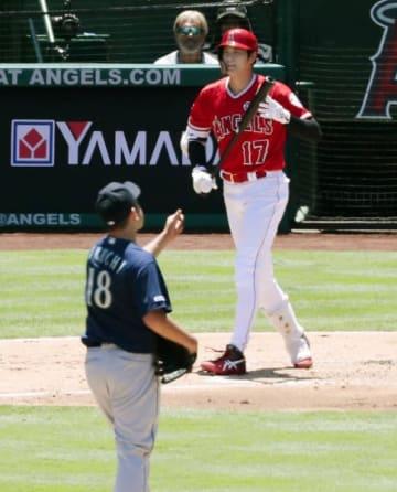 マリナーズ戦の1回、四球を選んだエンゼルス・大谷翔平。投手菊池雄星(共同)