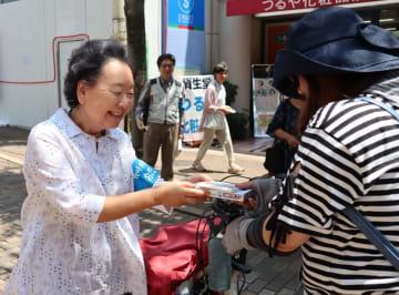 参院選の投票を呼び掛ける会員(左)=長崎市新大工町