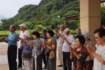 候補者の街頭演説を聞く有権者=新上五島町内(画像の一部を加工しています)