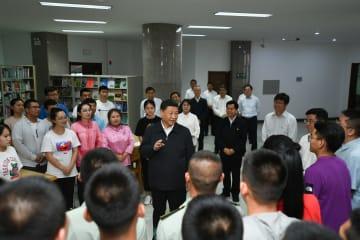 習近平氏、内モンゴル自治区視察 大学の教師や学生の代表と交流する