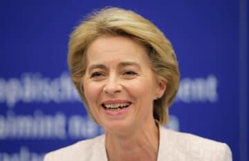 EUの次期欧州委員長として承認された後の記者会見で笑顔を見せるドイツのフォンデアライエン国防相=16日、フランス・ストラスブール(ロイター=共同)