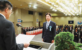 海の日式典で表彰される受賞者