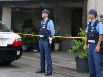 「80代女性が血だらけで倒れている」と通報があった事件現場の住宅=17日午前9時59分、那覇市安里
