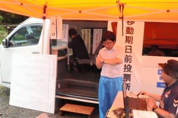 八代市選管が導入した移動式の期日前投票所。有権者は車内で投票用紙に記入する=14日、八代市坂本町