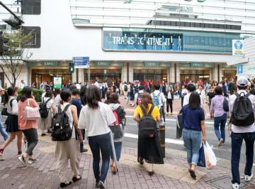 平日の夕方、横浜駅みなみ西口周辺に集まる若者たち。続く低投票率が懸念されている=横浜市西区