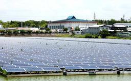 整然と並べられた太陽光パネルがため池を覆う=兵庫県稲美町国安