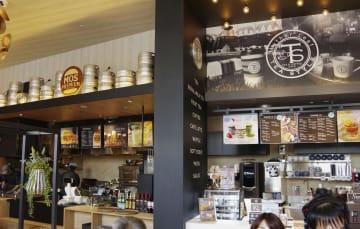 19日にオープンするモスフードサービスの複合型店舗の店内=17日午後、横浜市