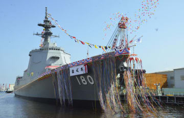 命名され、進水した海上自衛隊の新造イージス艦「はぐろ」=17日午後、横浜市