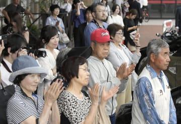 大分県別府市の街頭演説に集まった聴衆=17日午後