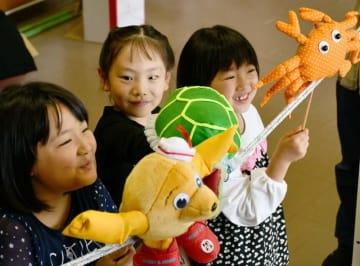 人形劇を練習する(左から)小林凜さん、灰玉平璃歩さん、田村苺依さん