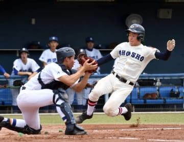 銚子商―西武台千葉 2回裏銚子商無死一塁、角田の二塁打で一走向後翔が生還する。捕手奈良岡=ゼットエー