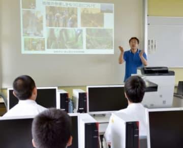 特別授業を受ける生徒たち=屋久島町宮之浦の屋久島高校