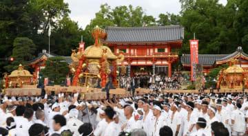 八坂神社石段下で行われた神輿の「差し回し」(17日午後6時30分、京都市東山区)