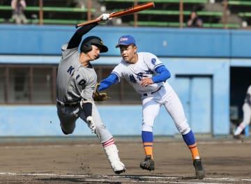 6回、送りバントを試みた慶応・関にタッチする藤沢西投手・渡辺=相石ひらつか