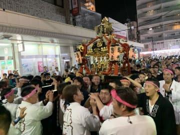 神輿を肩に、勇壮な掛け声を響かせる担ぎ手たち =16日午後8時20分ごろ、逗子市逗子