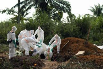 コンゴ(旧ザイール)東部で埋葬されるエボラ出血熱による死者=14日、ベニ(AP=共同)