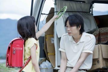 綾野剛ふんする豪士(右)と彼に寄り添う少女(左) - (C) 2019「楽園」製作委員会